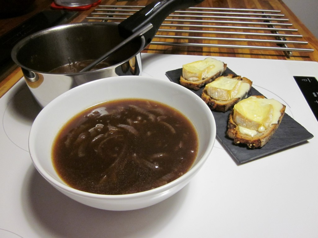 Soupe à l'oignon y croûtons  dans plats img_3905-1024x768